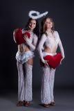 Γοητευτικά κορίτσια που θέτουν στα κοστούμια Cupids Στοκ Φωτογραφίες