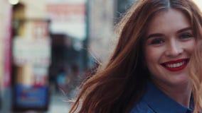 Γοητευτικά τη νέα γυναίκα με μια θαυμάσια χρυσή τρίχα, τα μεγάλα μπλε μάτια, πανέμορφο κόκκινο κραγιόν και μοντέρνος κοιτάζουν _ απόθεμα βίντεο