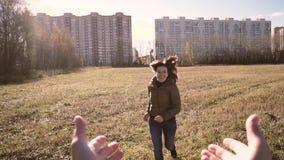 Γοητευτικά τρεξίματα κοριτσιών που χαμογελούν στο άτομό της Άντεξε τα χέρια της Αγκαλιάζουν ο ένας τον άλλον απόθεμα βίντεο