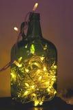 Γοητευτικά φω'τα Χριστουγέννων σε ένα βάζο γυαλιού του πράσινου χρώματος, glowi στοκ φωτογραφίες με δικαίωμα ελεύθερης χρήσης