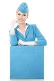Γοητευτική αεροσυνοδός μπλε σε ομοιόμορφο και βαλίτσα στο μόριο στοκ φωτογραφία με δικαίωμα ελεύθερης χρήσης
