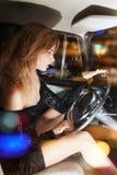 Γοητευτική γυναίκα πίσω από τη ρόδα στο αυτοκίνητο Στοκ Εικόνες