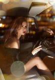 Γοητευτική γυναίκα πίσω από τη ρόδα στο αυτοκίνητο Στοκ φωτογραφία με δικαίωμα ελεύθερης χρήσης