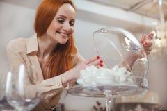 Γοητευτική γυναίκα που απολαμβάνει στο σπίτι το κατάστημα ντεκόρ στοκ εικόνα