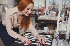 Γοητευτική γυναίκα που απολαμβάνει στο σπίτι το κατάστημα ντεκόρ στοκ φωτογραφία