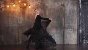 Γοητευτική γυναίκα σε έναν μαύρο χορό φορεμάτων απόθεμα βίντεο