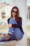 Γοητευτική γυναίκα στα γυαλιά και το τζιν παντελόνι Στοκ φωτογραφία με δικαίωμα ελεύθερης χρήσης