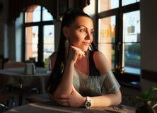 Γοητευτική γυναίκα στον καφέ Στοκ εικόνα με δικαίωμα ελεύθερης χρήσης