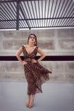 Γοητευτική γυναίκα στο ζωικό μεγάλου μεγέθους φόρεμα εξαρτήσεων τυπωμένων υλών στοκ φωτογραφίες