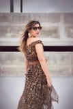Γοητευτική γυναίκα στο ζωικό μεγάλου μεγέθους φόρεμα εξαρτήσεων τυπωμένων υλών Στοκ εικόνα με δικαίωμα ελεύθερης χρήσης