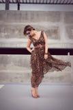Γοητευτική γυναίκα στο ζωικό ρευστό φόρεμα εξαρτήσεων τυπωμένων υλών στοκ εικόνα με δικαίωμα ελεύθερης χρήσης