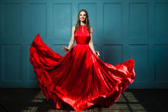 Γοητευτική γυναίκα στο μοντέρνο κόκκινο φόρεμα στοκ εικόνα