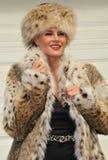 Γοητευτική γυναίκα στο παλτό και το καπέλο γουνών Στοκ Εικόνα
