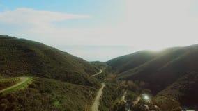 Γοητευτική εναέρια άποψη των βουνών και του ωκεανού Malibu από το copter απόθεμα βίντεο