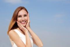 Γοητευτική ευτυχής γυναίκα χαμόγελου Στοκ Φωτογραφία