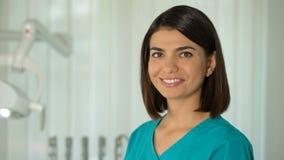 Γοητευτική θηλυκή τοποθέτηση γιατρών για τη κάμερα, την εμπιστοσύνη και τον επαγγελματισμό, κλινική απόθεμα βίντεο