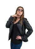 Γοητευτική καυτή νέα γυναίκα σε ένα σακάκι δέρματος και καφετιά γυαλιά ηλίου, που απομονώνεται στο άσπρο υπόβαθρο Οδός, μόδα βράχ στοκ φωτογραφία με δικαίωμα ελεύθερης χρήσης