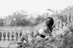 γοητευτική κυρία κιγκλιδωμάτων κοντά στην πέτρα Στοκ φωτογραφίες με δικαίωμα ελεύθερης χρήσης