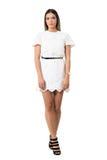 Γοητευτική κυρία μόδας στο φόρεμα δαντελλών και υψηλά τακούνια με τα διασχισμένα πόδια Στοκ φωτογραφίες με δικαίωμα ελεύθερης χρήσης