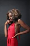 Γοητευτική μαύρη κυρία στο κόκκινο. Στοκ εικόνα με δικαίωμα ελεύθερης χρήσης