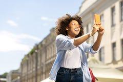 Γοητευτική νέα λήψη γυναικών selfies κατά τη διάρκεια της επίσκεψης Στοκ φωτογραφίες με δικαίωμα ελεύθερης χρήσης