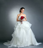 Γοητευτική νύφη με την τοποθέτηση ανθοδεσμών στο στούντιο Στοκ Εικόνες