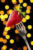 Γοητευτική φράουλα σε ένα ασημένιο δίκρανο στοκ φωτογραφία με δικαίωμα ελεύθερης χρήσης