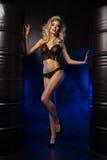 Γοητευτική curvy ξανθή γυναίκα Στοκ φωτογραφία με δικαίωμα ελεύθερης χρήσης