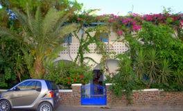 Γοητευτικοί βίλα και κήπος, Kamari, Santorini Στοκ Εικόνες
