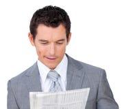 Γοητευτικός επιχειρηματίας που διαβάζει μια εφημερίδα Στοκ Φωτογραφίες