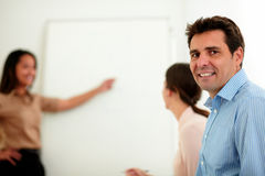 Γοητευτικός επιχειρηματίας που χαμογελά και που εξετάζει σας Στοκ Φωτογραφία