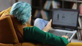 Γοητευτικός θηλυκός ιστοχώρος αγορών ξεφυλλίσματος hipster φιλμ μικρού μήκους