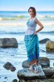 Γοητευτικός τη νέα γυναίκα υπαίθρια Στοκ εικόνες με δικαίωμα ελεύθερης χρήσης