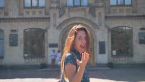 Γοητευτικός το νέο περπάτημα γυναικών πιπεροριζών και γυρίζοντας γύρω, χαμογελώντας, πηγαίνοντας στο πανεπιστήμιο ή το κολλέγιο,  φιλμ μικρού μήκους