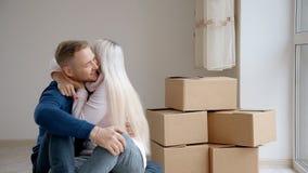 Γοητευτικός το πραγματικό ζεύγος γιορτάστε την αναμενόμενη για καιρό κίνηση στο νέο όμορφο σπίτι φιλμ μικρού μήκους