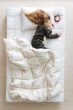 Γοητευτικός όμορφος ύπνος παιδιών δίπλα στο ρολόι Στοκ Εικόνα