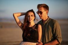 Γοητευτικό ζεύγος σε ένα φυσικό υπόβαθρο Φίλος και φίλη ερωτευμένοι Έννοια αγάπης και προσοχής Στοκ φωτογραφία με δικαίωμα ελεύθερης χρήσης