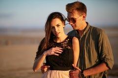 Γοητευτικό ζεύγος σε ένα φυσικό υπόβαθρο Φίλος και φίλη ερωτευμένοι Έννοια αγάπης και προσοχής Στοκ Εικόνα