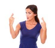 Γοητευτικό θηλυκό που κάνει ένα σημάδι επιθυμίας και τύχης Στοκ φωτογραφία με δικαίωμα ελεύθερης χρήσης