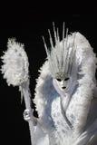 Γοητευτικό και καταπληκτικό πρότυπο με το άσπρο κοστούμι και cristal κορώνα κατά τη διάρκεια της Βενετίας καρναβάλι Στοκ Εικόνα