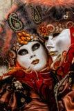 Γοητευτικό και ρομαντικό ζεύγος με τα όμορφα μάτια και ενετική μάσκα κατά τη διάρκεια της Βενετίας καρναβάλι Στοκ φωτογραφία με δικαίωμα ελεύθερης χρήσης