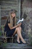Γοητευτικό κορίτσι με ένα βιβλίο Στοκ εικόνα με δικαίωμα ελεύθερης χρήσης