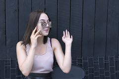 Γοητευτικό κορίτσι με την καθιερώνουσα τη μόδα συσκευή που απολαμβάνει τη συνομιλία στοκ εικόνες με δικαίωμα ελεύθερης χρήσης