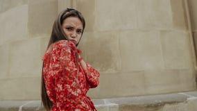 Γοητευτικό κορίτσι που έχει τη διασκέδαση στην οδό της παλαιάς πόλης την ευτυχή ημέρα απόθεμα βίντεο