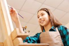 Γοητευτικό κορίτσι που απολαμβάνει το μάθημα τέχνης στο σχολείο Στοκ εικόνα με δικαίωμα ελεύθερης χρήσης