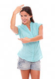 Γοητευτικό κορίτσι που κάνει ένα σημάδι και έναν χορό επιθυμίας Στοκ φωτογραφία με δικαίωμα ελεύθερης χρήσης