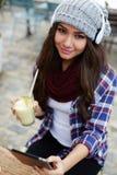 γοητευτικό κορίτσι που κρατά το τροπικό κοκτέιλ κοιτάζοντας στη κάμερα Στοκ Φωτογραφίες