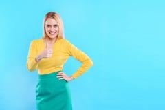 Γοητευτικό κορίτσι που παρουσιάζει εντάξει σημάδι Στοκ Εικόνες