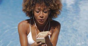 Γοητευτικό κορίτσι που χρησιμοποιεί το τηλέφωνο στη λίμνη φιλμ μικρού μήκους