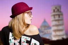 Γοητευτικό κορίτσι στα γυαλιά hipster στον πύργο της Πίζας Στοκ φωτογραφίες με δικαίωμα ελεύθερης χρήσης